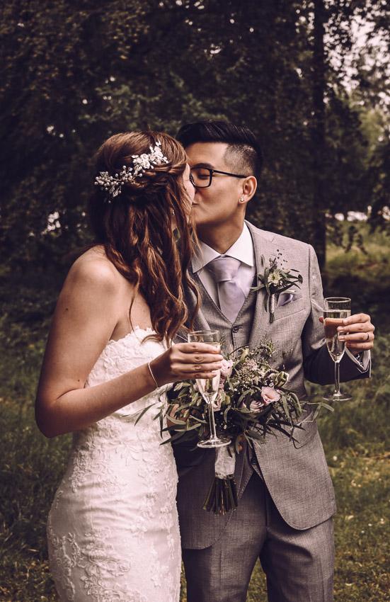 bohemiskt bröllop i Småland brudpar skålar