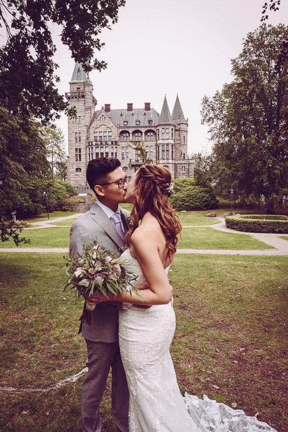 bröllopsporträtt vid Teleborgs slott bohemiskt bröllop i småland en kyss utanför slottet