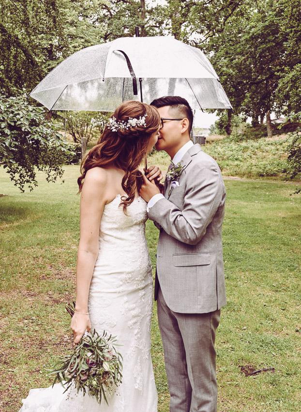 bohemiskt bröllop regn på brudparet