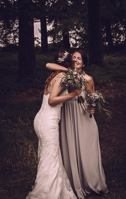 bohemiskt bröllop i Småland brud och tärna