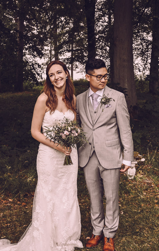 bohemiskt bröllop i Småland brudpar i skogen