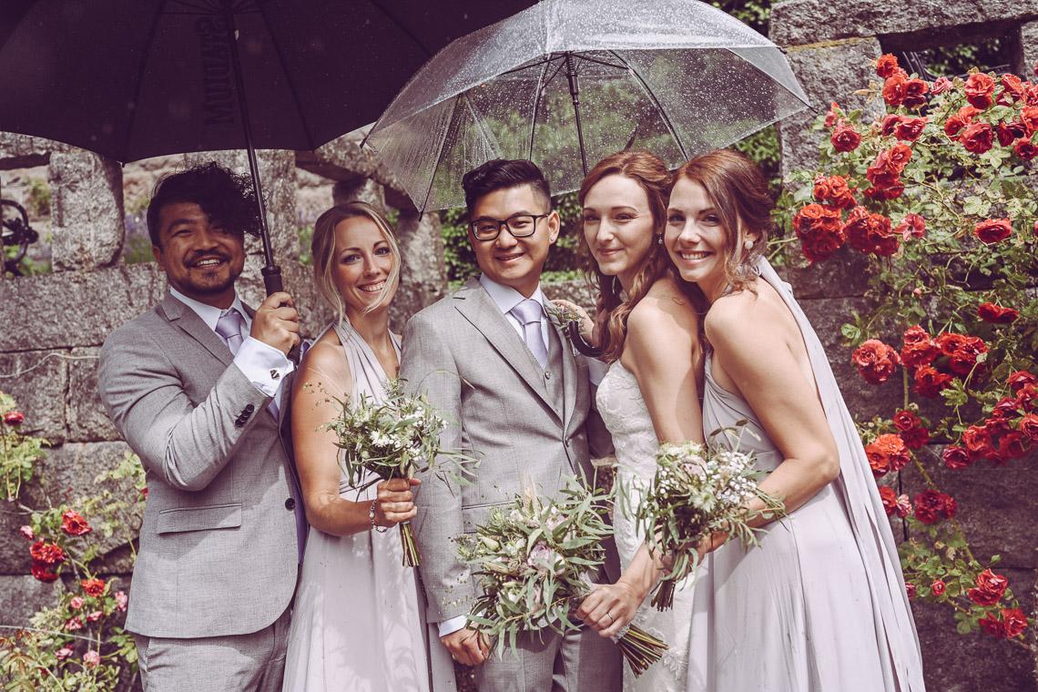 bröllopsporträtt vid Teleborgs slott brudfölje regn på bröllopet priser bröllopsfotograf