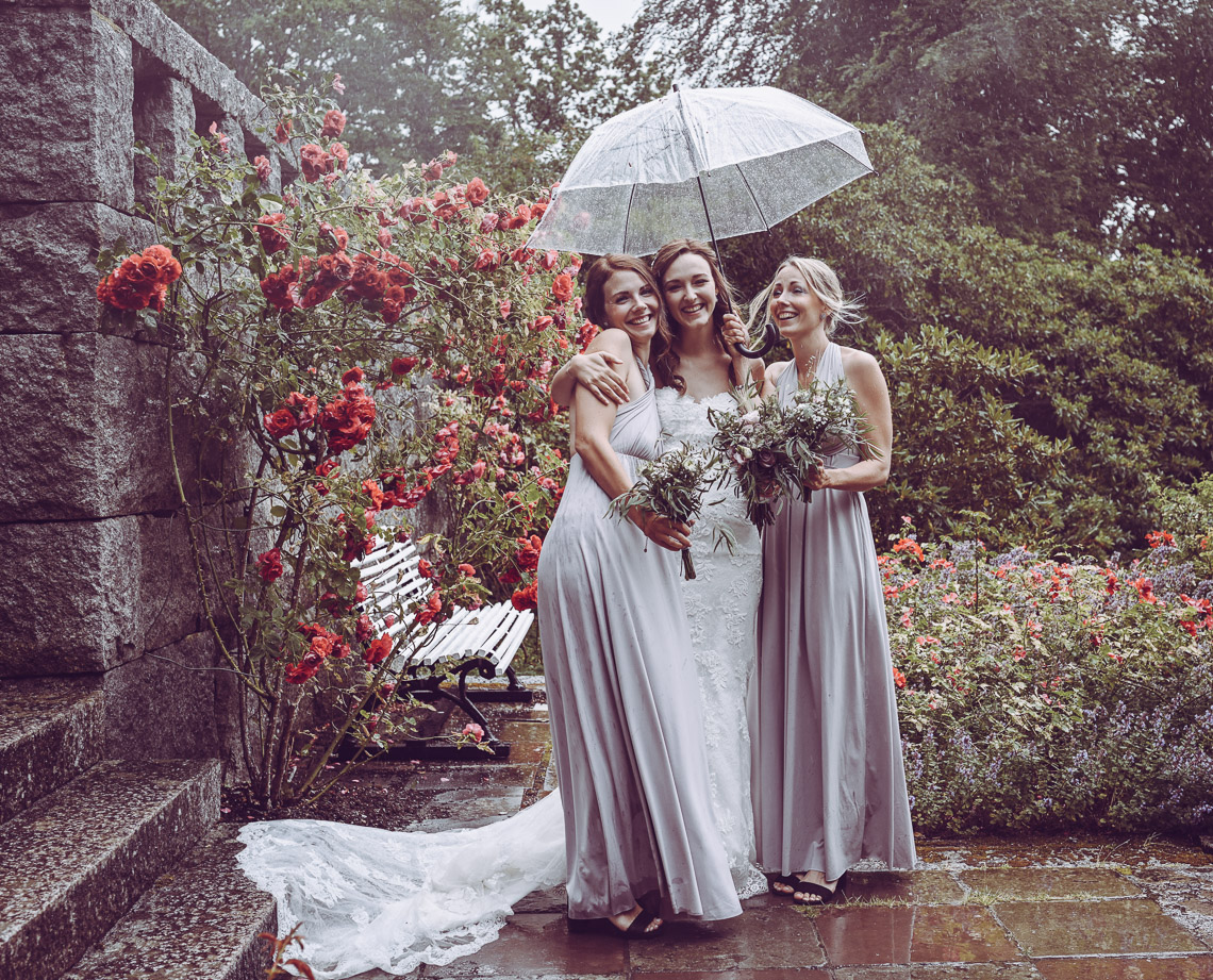 bröllopsporträtt vid Teleborgs slott ösregn på bröllopsdagen