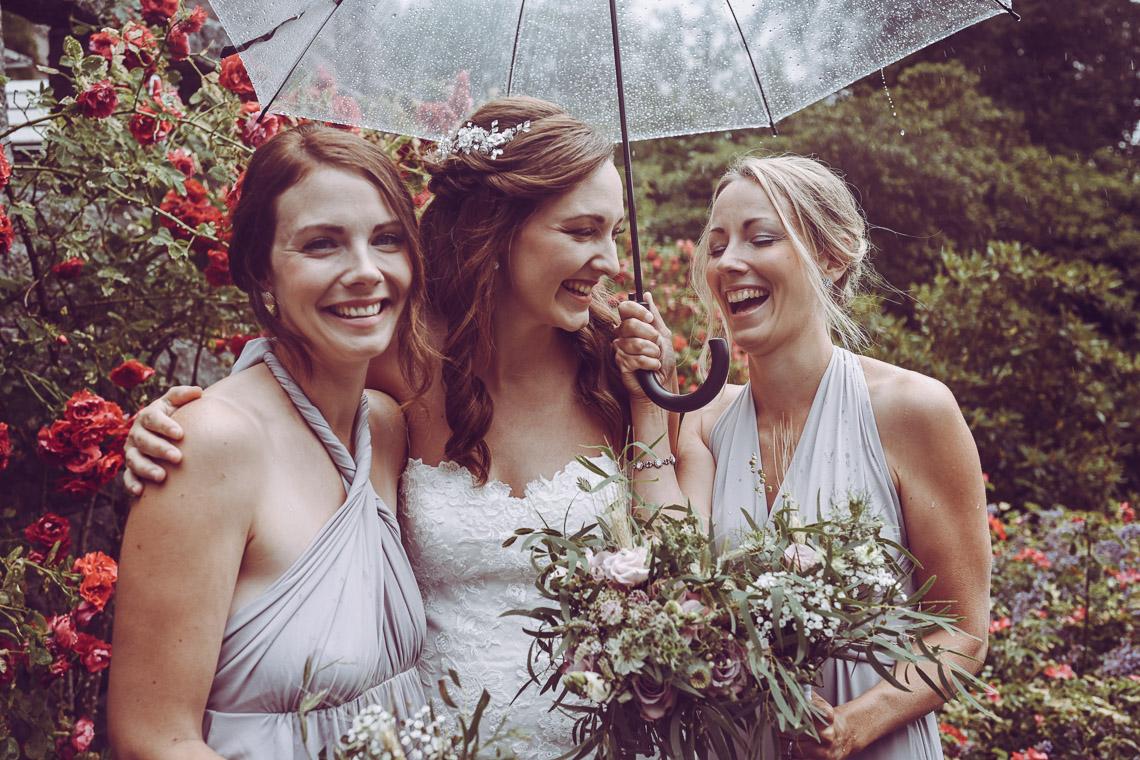 bröllopsporträtt vid Teleborgs slott regn på bröllopet brud och tärnor