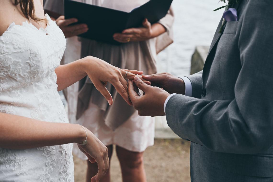 vigselringar ceremoni vid en sjö närbild på reingar