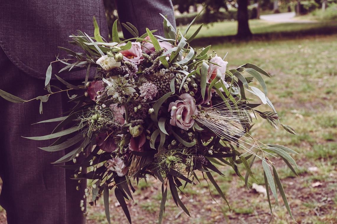 brudbukett i lila och rosa och vete