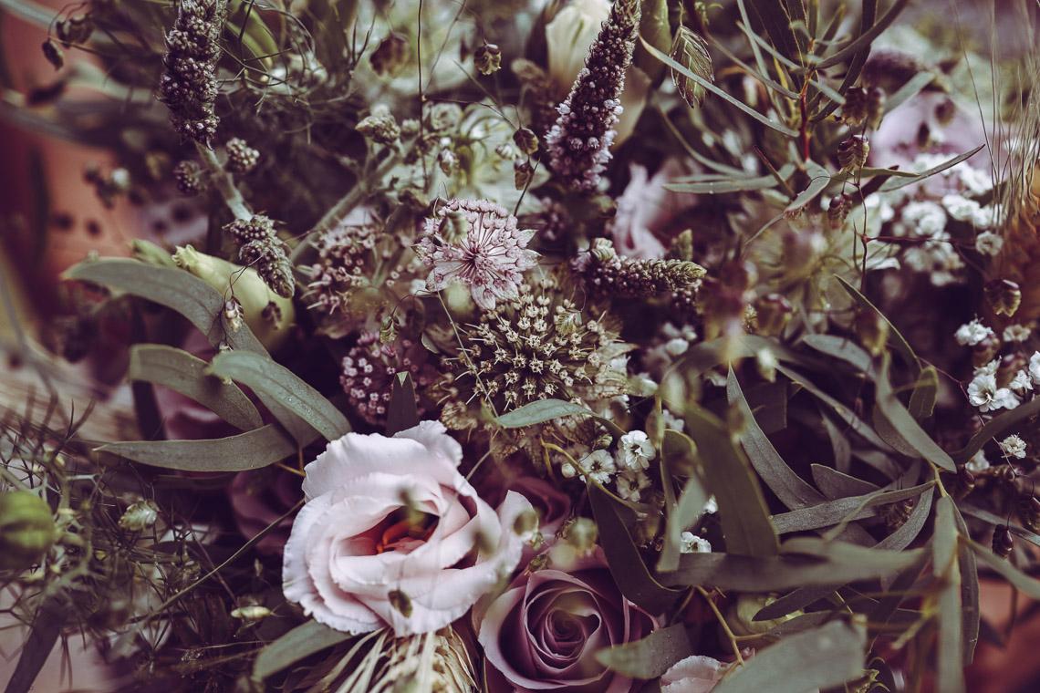 brudbukett med rosa rosor lila tistel och lila rosor