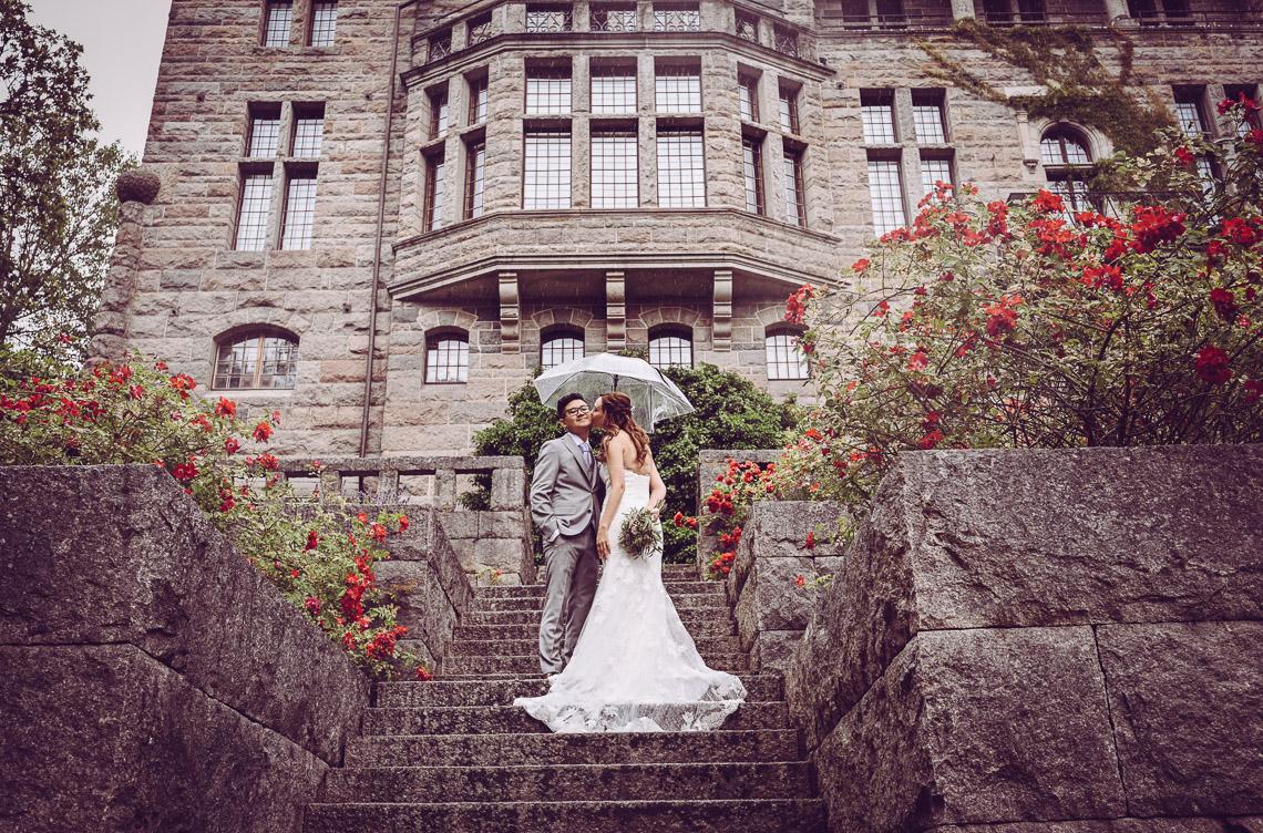 bröllopsporträtt vid Teleborgs slott brud och brudgum på slottstrappan