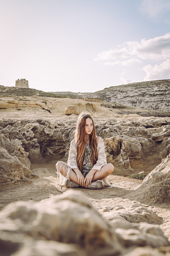 porträttbilder i eksjö flicka sitter på steniga klippor