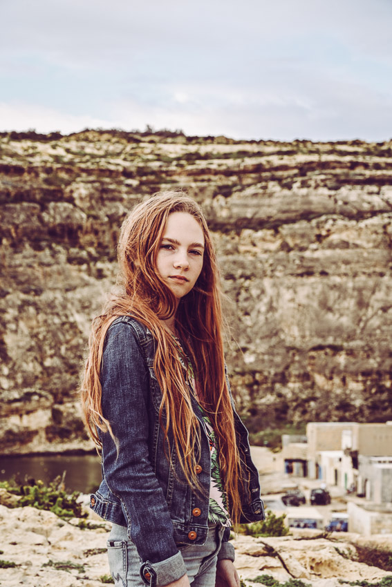 coola porträttbilder en flicka med bergig bakgrund steniga klippor