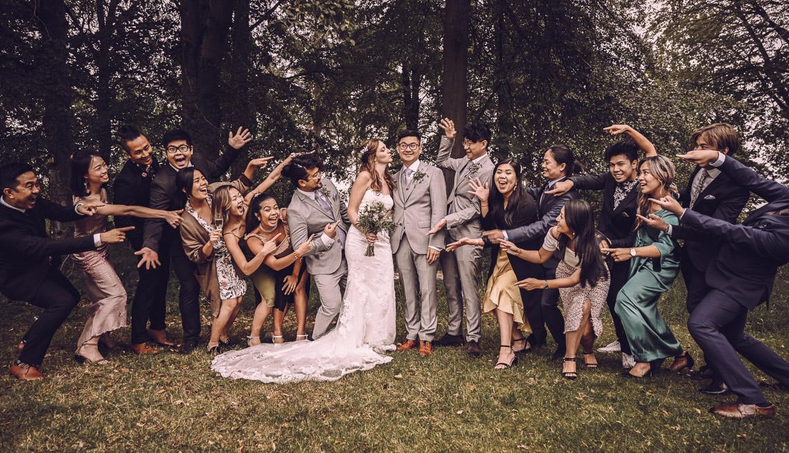 kreativ gruppbild gruppfotografering bröllop i växjö villa vik