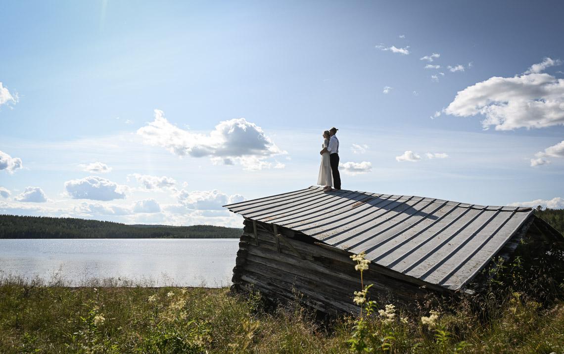 brudpar på taket priser bröllopsfotograf