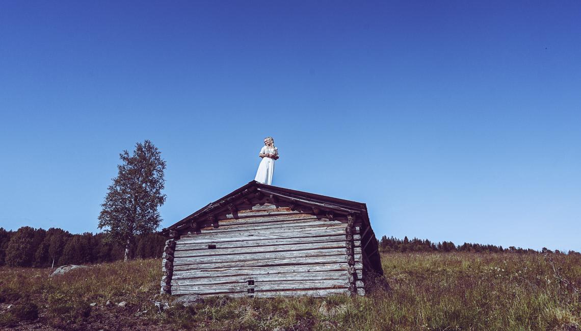 brudpar står på taket