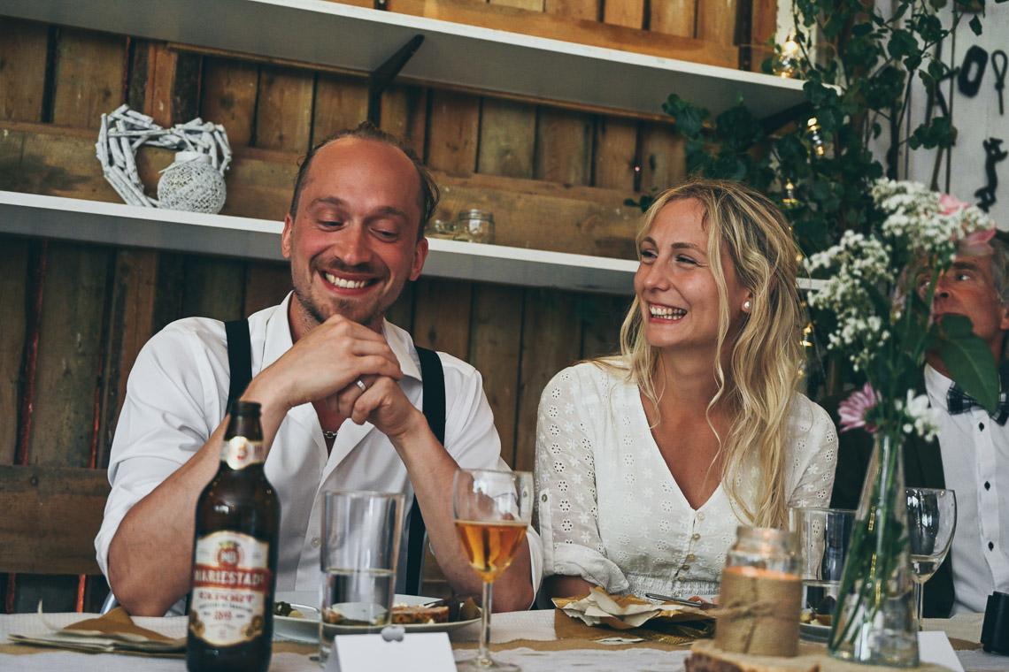 glada brudparJohan och Jonna Jintons bröllop bröllopsporträtt Sandra Hila