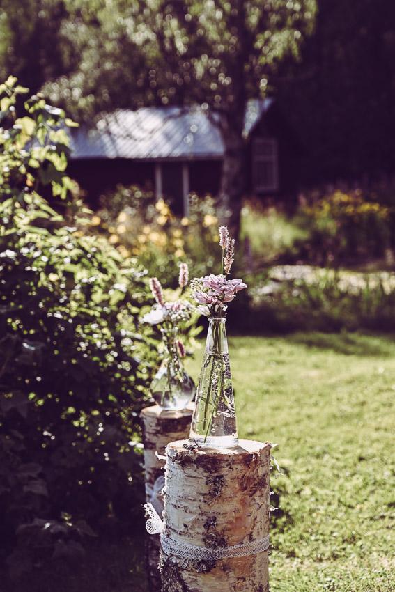 dekoration till bröllop vas på trästubbe