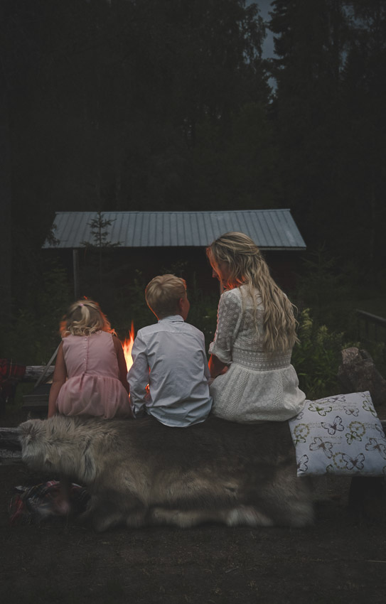 Johan och Jonna Jintons bröllop bröllopsporträtt Sandra Hila lantbröllop i norrland kvällsbilder vid elden