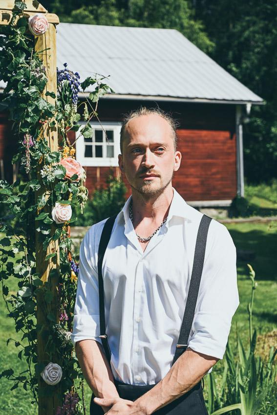 Johan och Jonna Jintons bröllop bröllopsporträtt Sandra Hila lantbröllop i norrland
