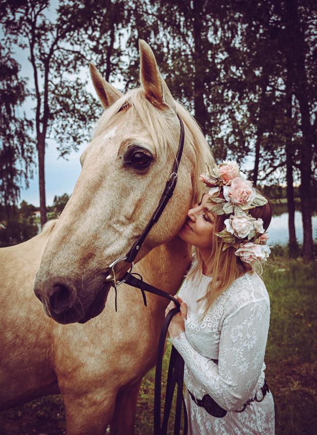 midsommarporträtt krans blommor häst sommar