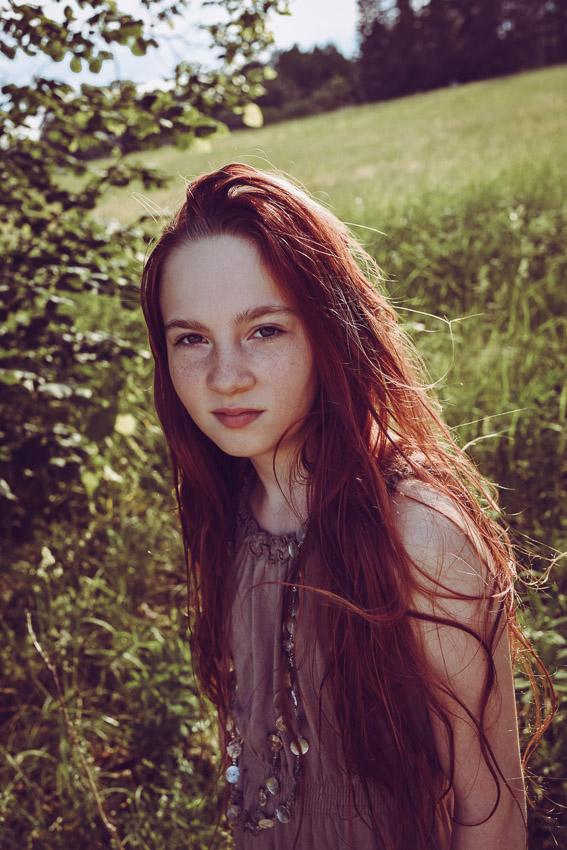 flicka med långt rött hår golden hour solnedgång