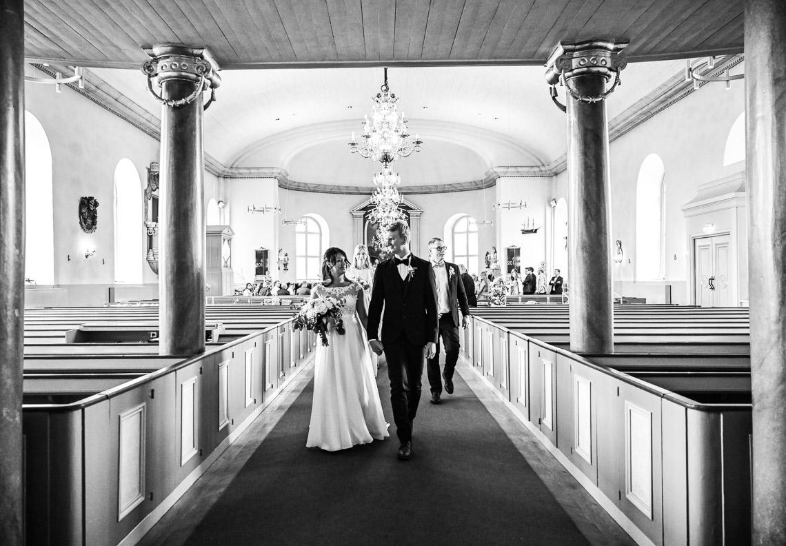 Nygifta går längst altargången