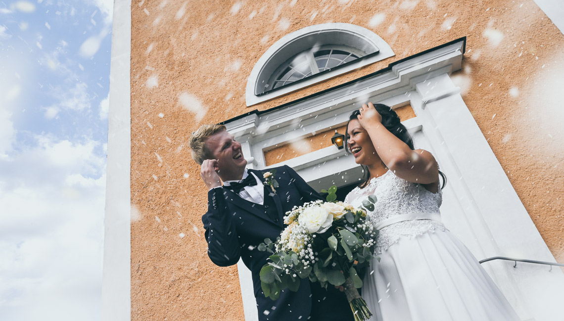 kasta ris på brudparet fotograf Sandra Hila
