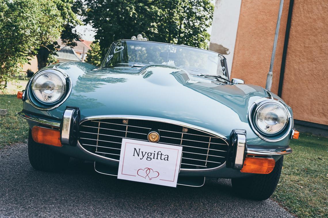 Nygifta Jaguar E-type turkos till bröllop