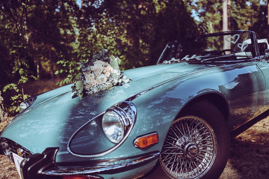 Turkos jaguar och en brudbukett