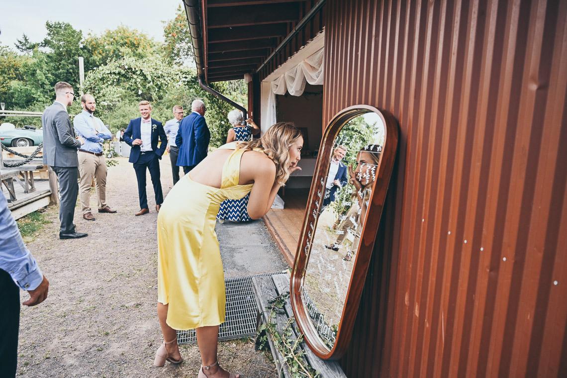 kvinna speglar sig på bröllop
