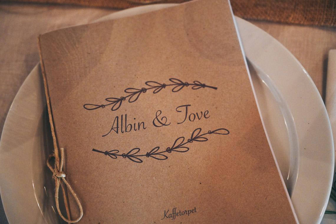 bröllopsmeny i naturmaterial