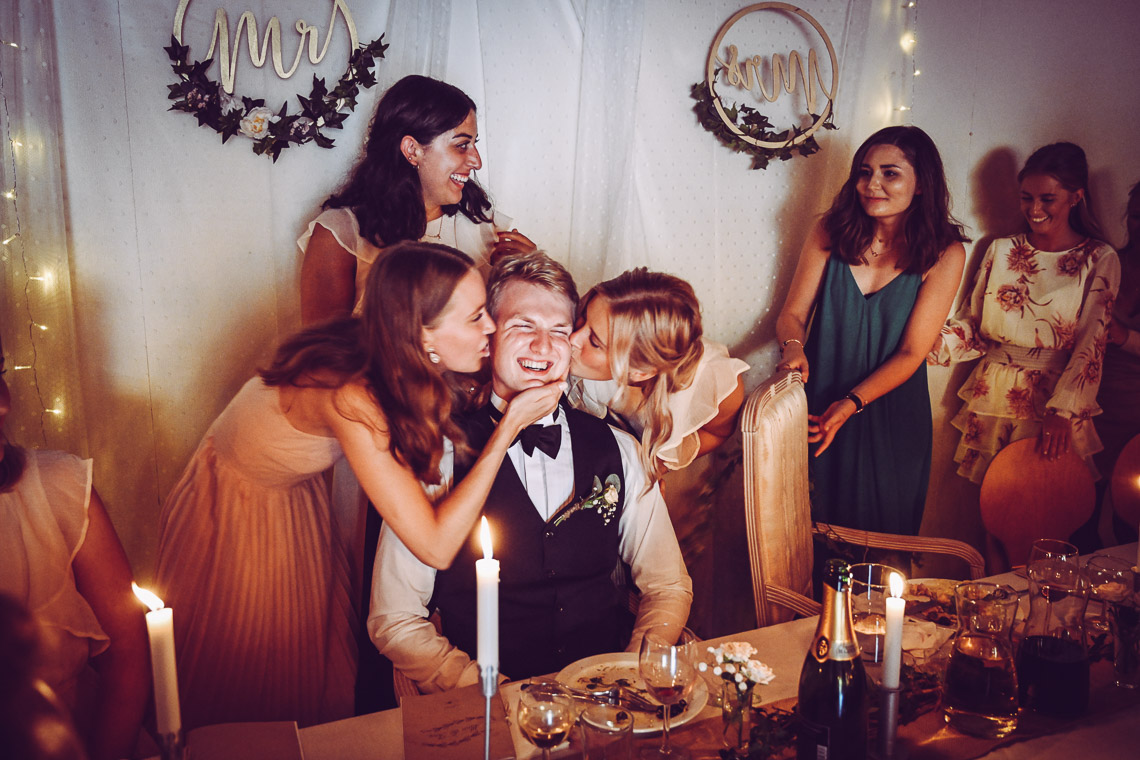 brudgum får pussar av alla tjejer