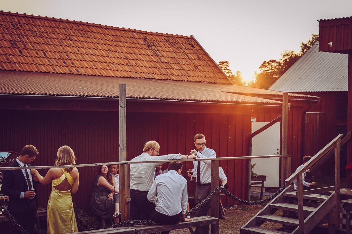 Solnedgång över ett bröllop på Oknö kaffetorpet