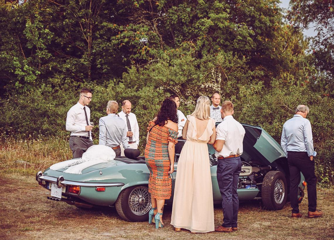 Bröllopsgäster inspekterar en Jaguar