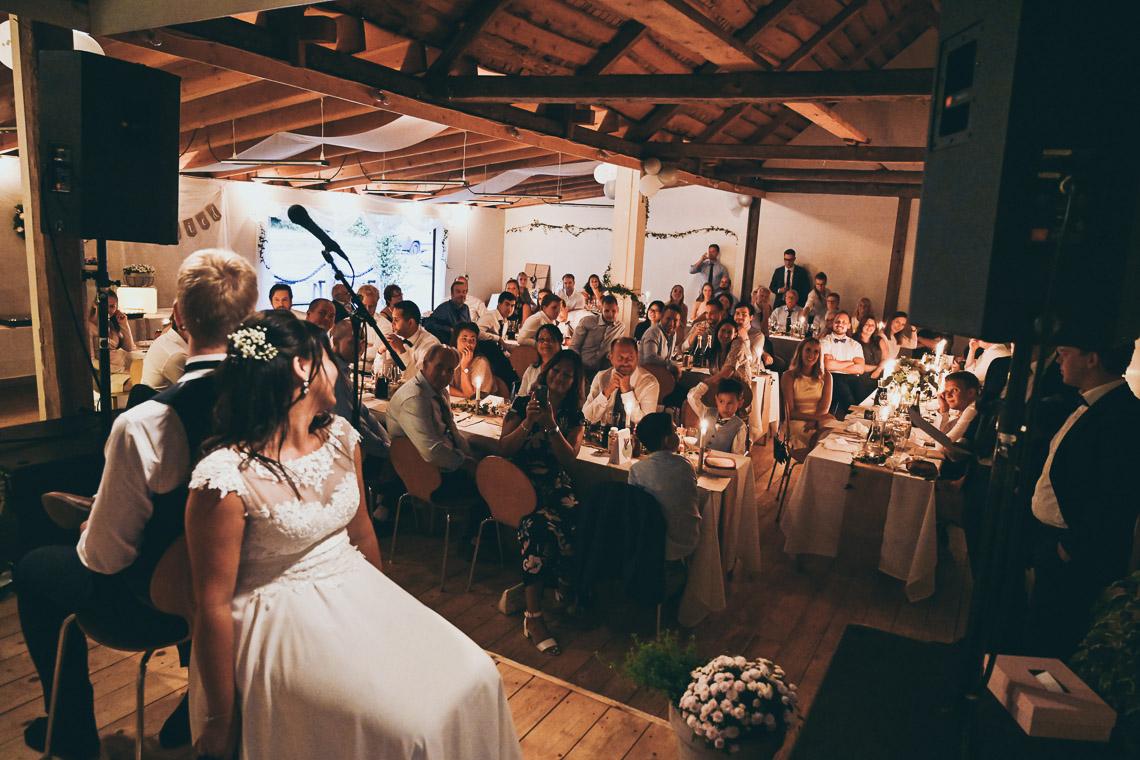 Brudpar spexar på sitt bröllop