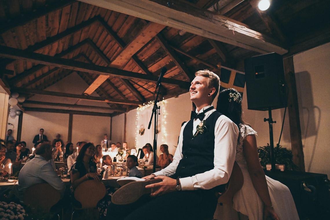 brudpar lekar till bröllopet