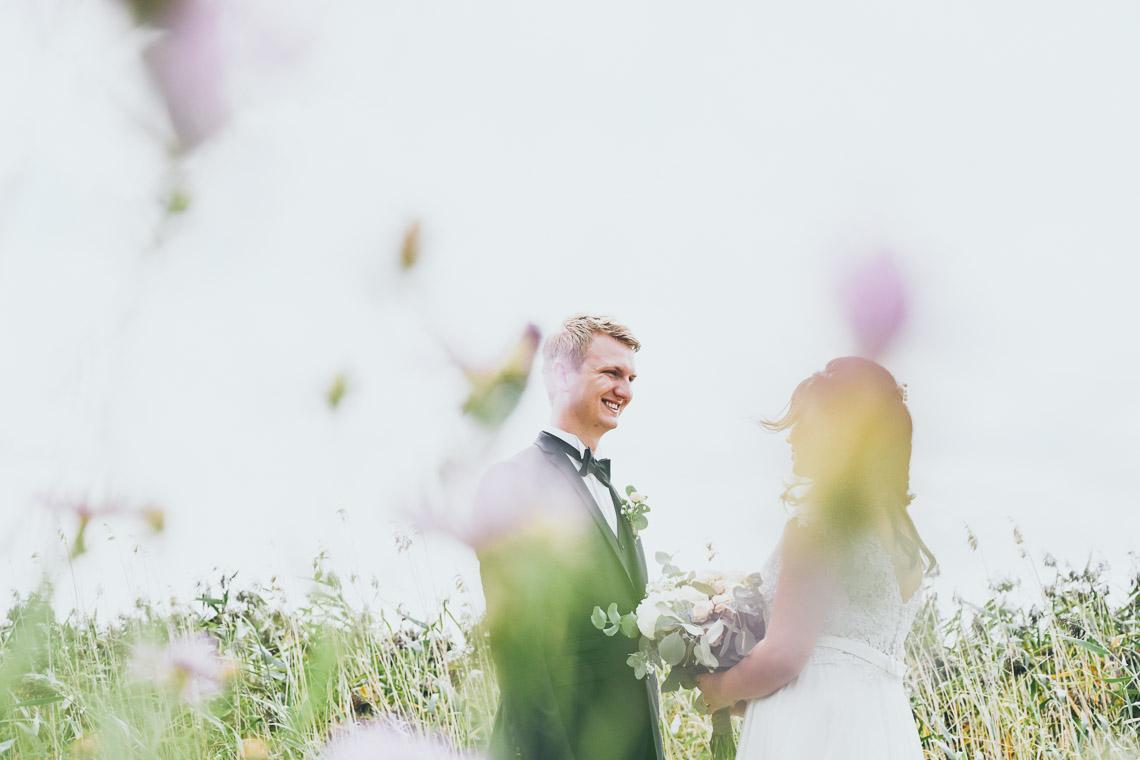 Bröllopsfotograf i Mönsterås och Oknö brudpar på en äng