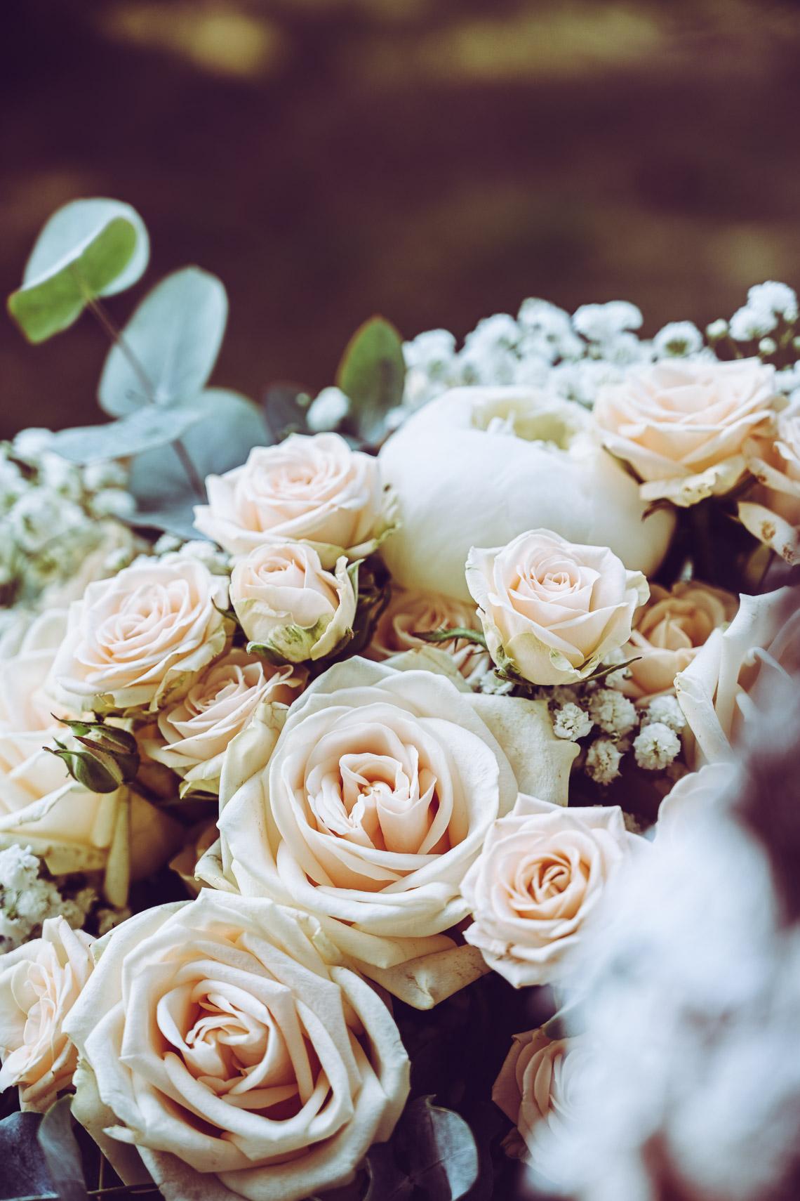 Brudbukett med pioner och rosor i vitt och cream