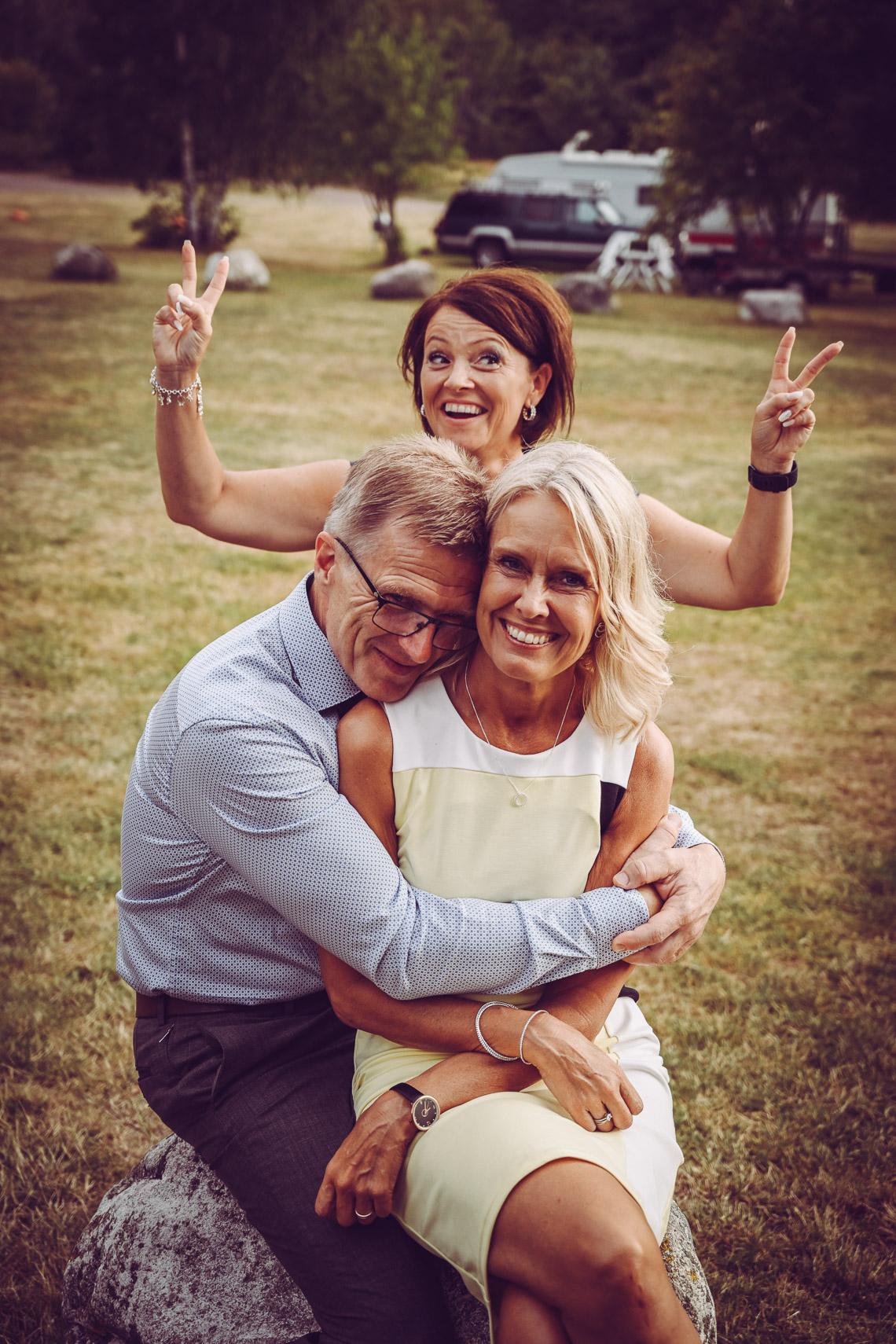 glada gäster på bröllop