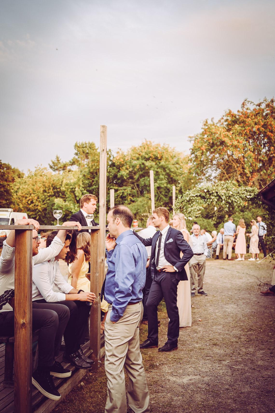 bröllopsgäster minglar