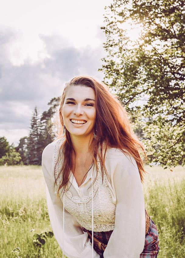 bröllopsfotograf Sandra Hila småländsk fotograf lantliga bröllop rött hår solnedgång grönska priser bröllopsfotograf