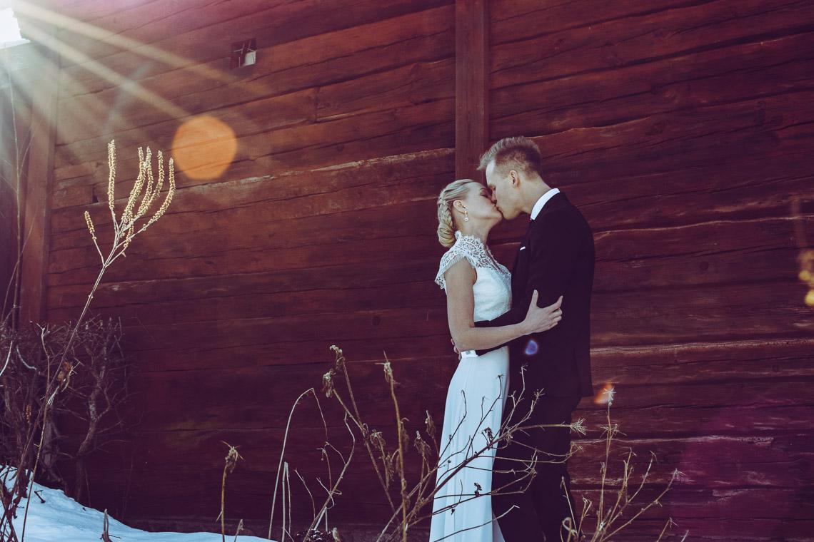 Vinterbröllop i Eksjö vintagebröllop brudpar kyss