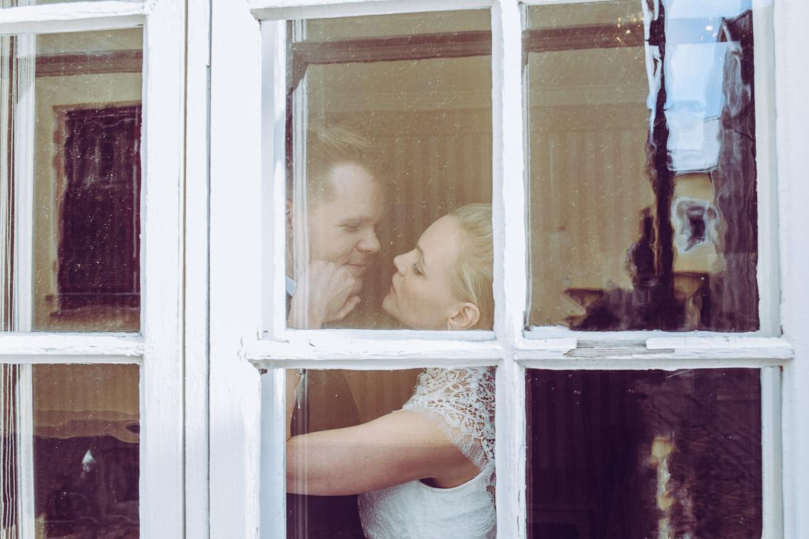 Vinterbröllop i Eksjö vintagebröllop ett brudpar genom gammalt förnster