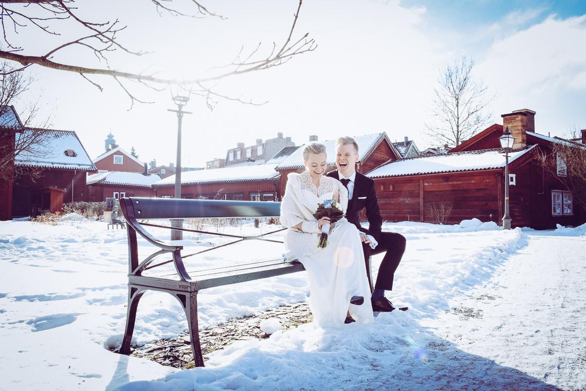 Vinterbröllop i Eksjö vintagebröllop skrattande brudpar