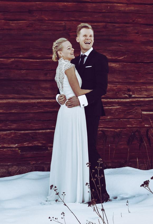 Vinterbröllop i Eksjö vintagebröllop brudpar vid en röd vägg
